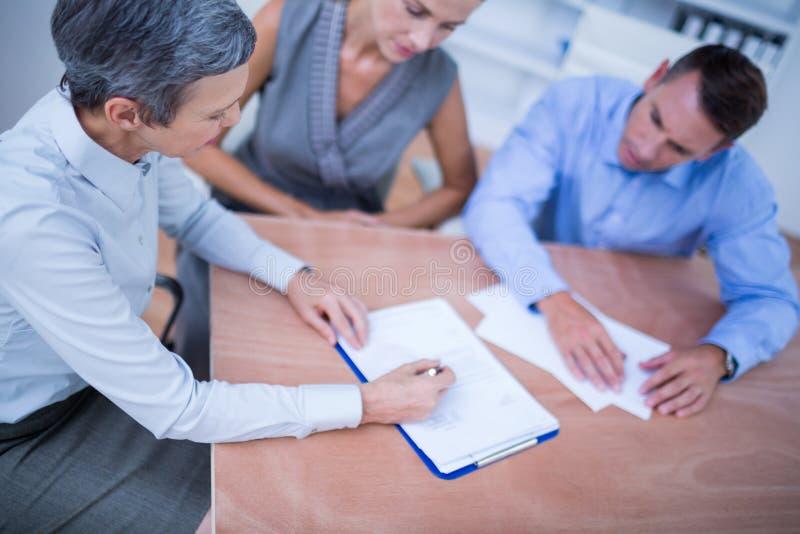 Download Une équipe D'affaires Faisant Un Brainstorm Ensemble Image stock - Image du directeur, affaires: 56482135