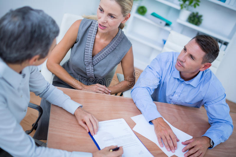 Download Une équipe D'affaires Faisant Un Brainstorm Ensemble Photo stock - Image du rectifié, carrière: 56483286