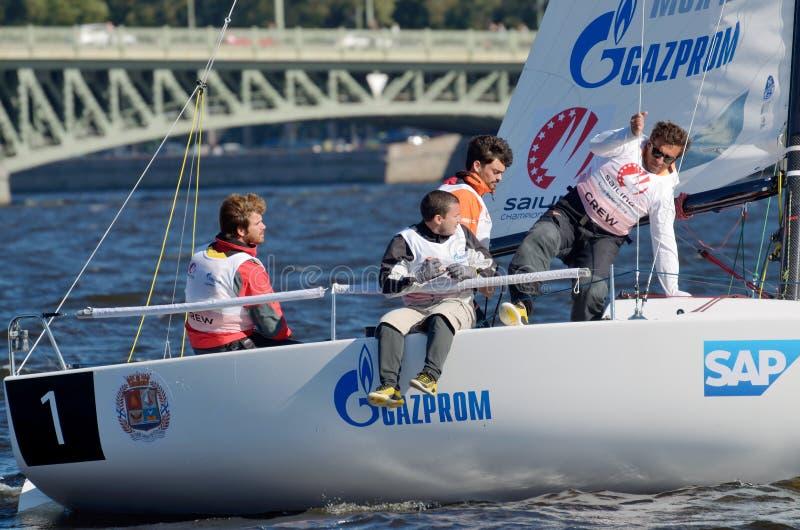 Une équipe de marins dans le bateau photo libre de droits