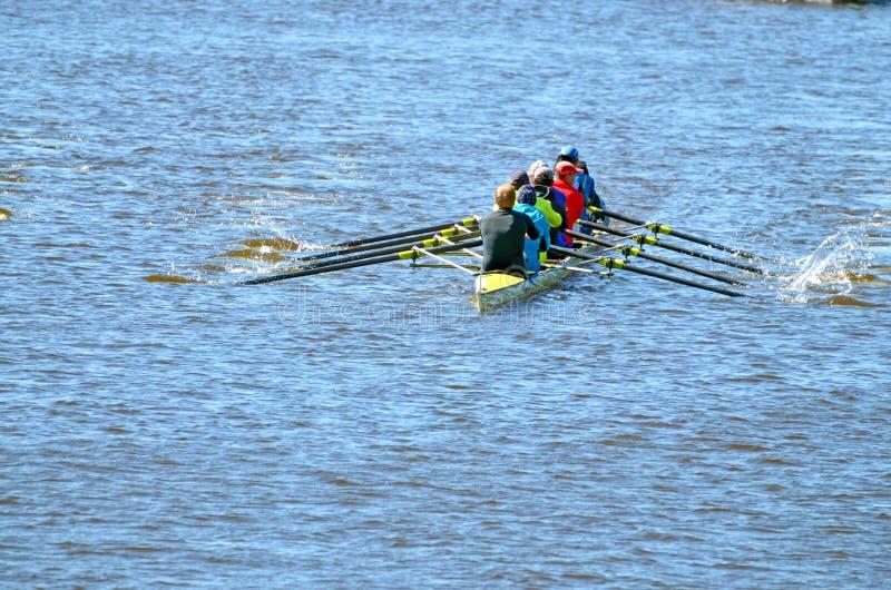 Une équipe de rameurs dans un bateau de sports photos libres de droits