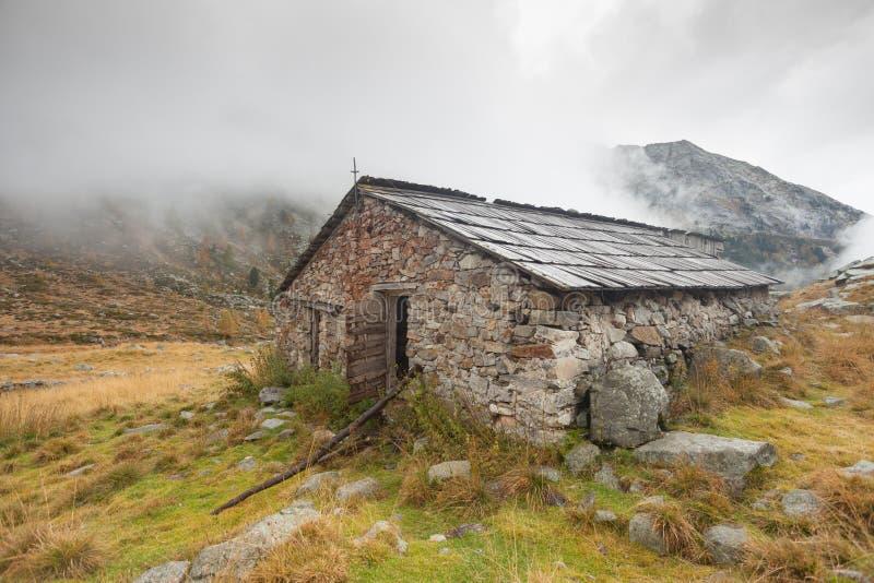 Une étable fermée à la chute devant un pré de montagne image libre de droits