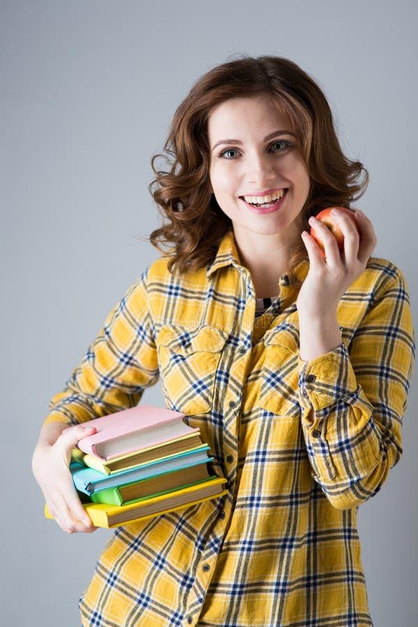 Une étudiante avec des livres images stock