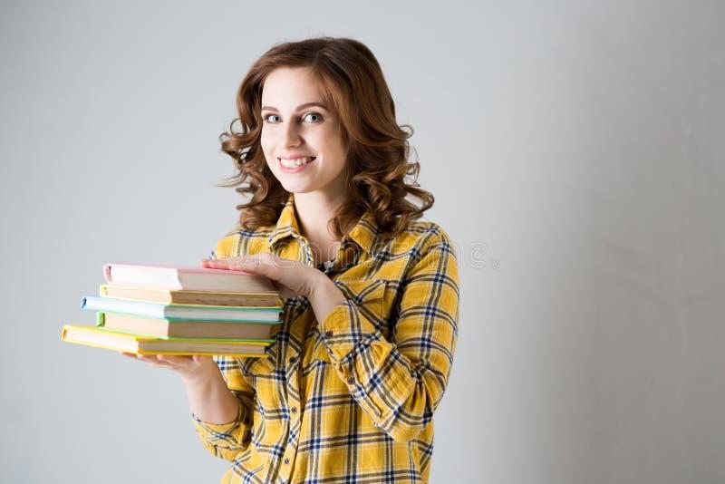 Une étudiante avec des livres photographie stock libre de droits