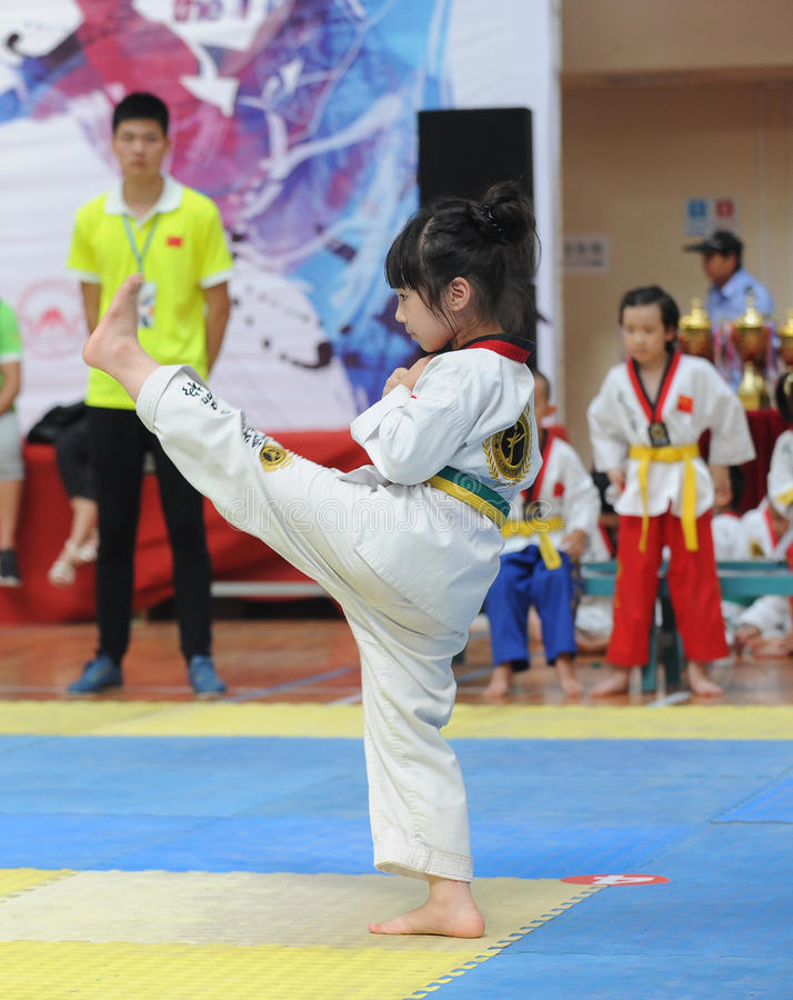 Une action gentille par une petite fille du Taekwondo image libre de droits