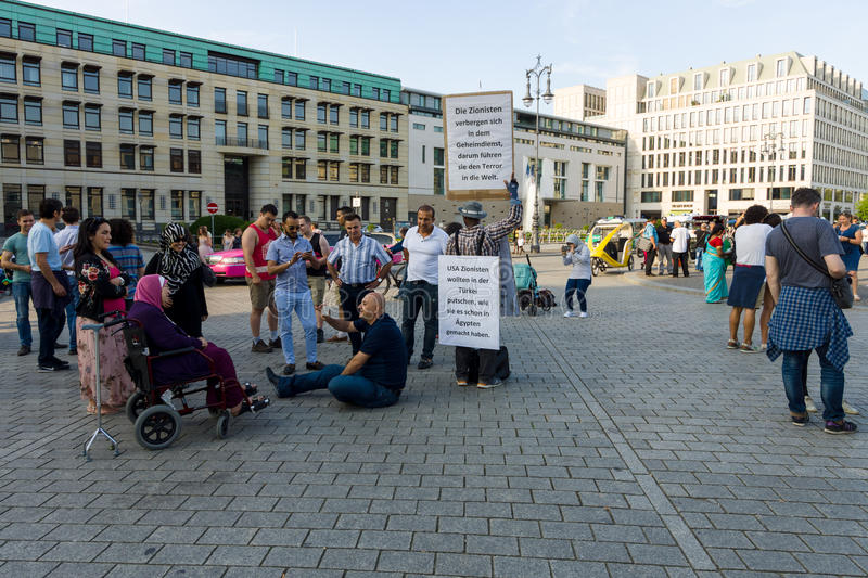 Une action simple de protestation contre le sionisme sur le Pariser Platz devant la Porte de Brandebourg photos libres de droits