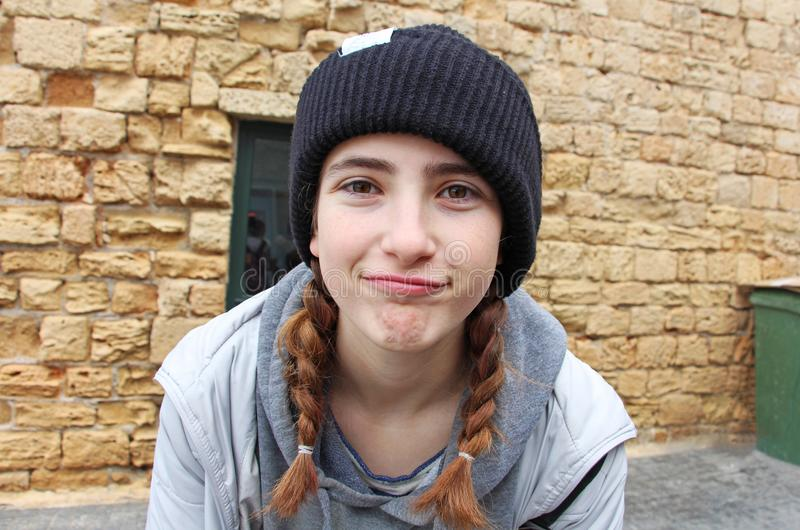 Une adolescente avec un chapeau tricoté images libres de droits