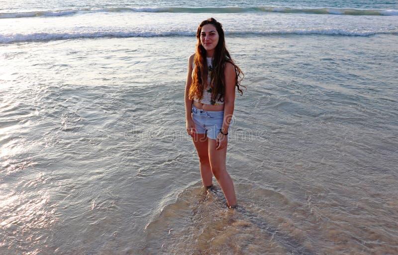 Une adolescente heureuse en mer photos libres de droits