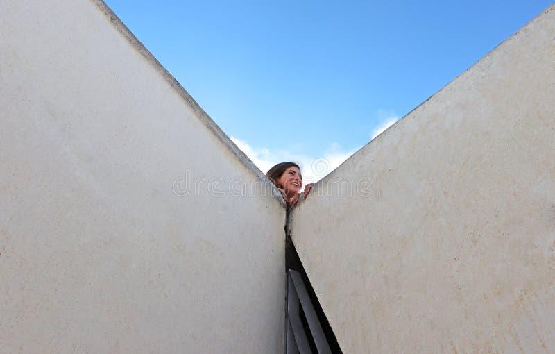 Une adolescente heureuse riant dans un terrain de jeu images libres de droits