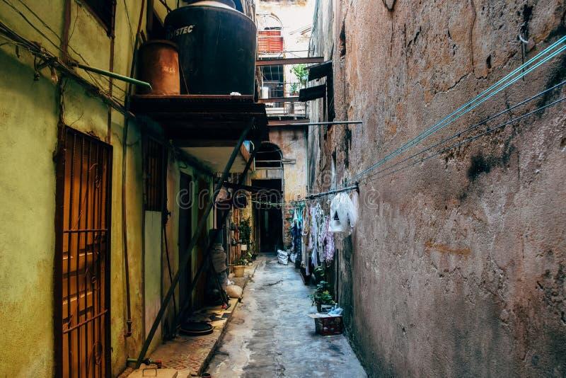 Une allée étroite dans la ville de La Havane, Cuba photographie stock libre de droits