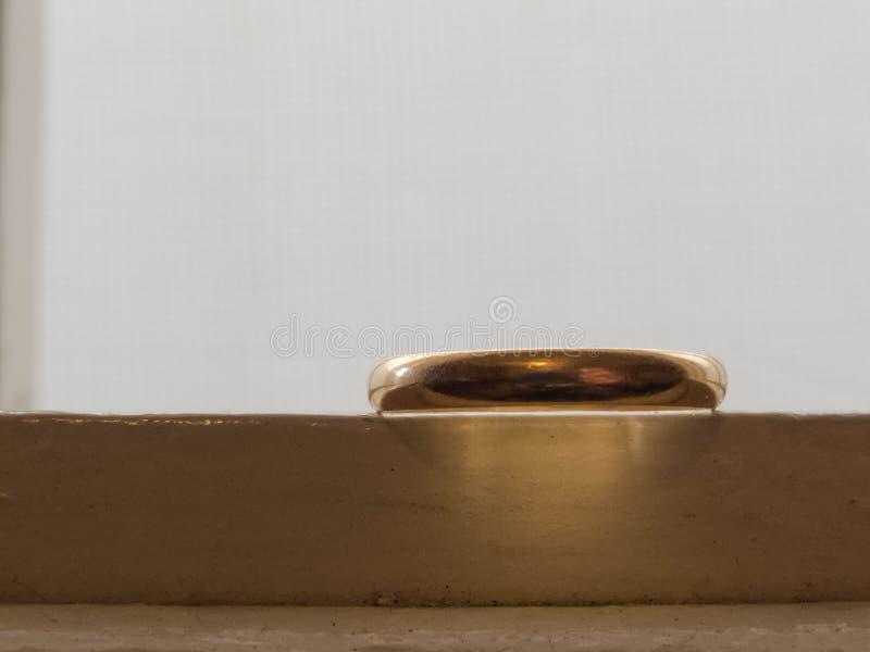 Une alliance de vieil or dessus sur le fond blanc, vue de côté photo libre de droits