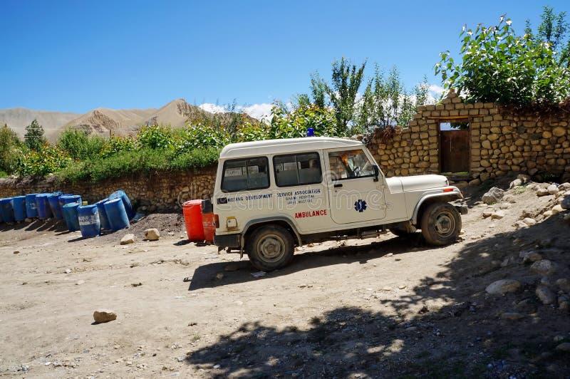 Une ambulance est extérieur debout dans le village alpin de Chami 3460m, attendant un appel au patient photos stock