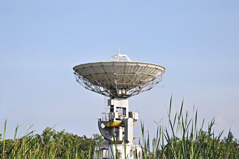 Une antenne parabolique photographie stock