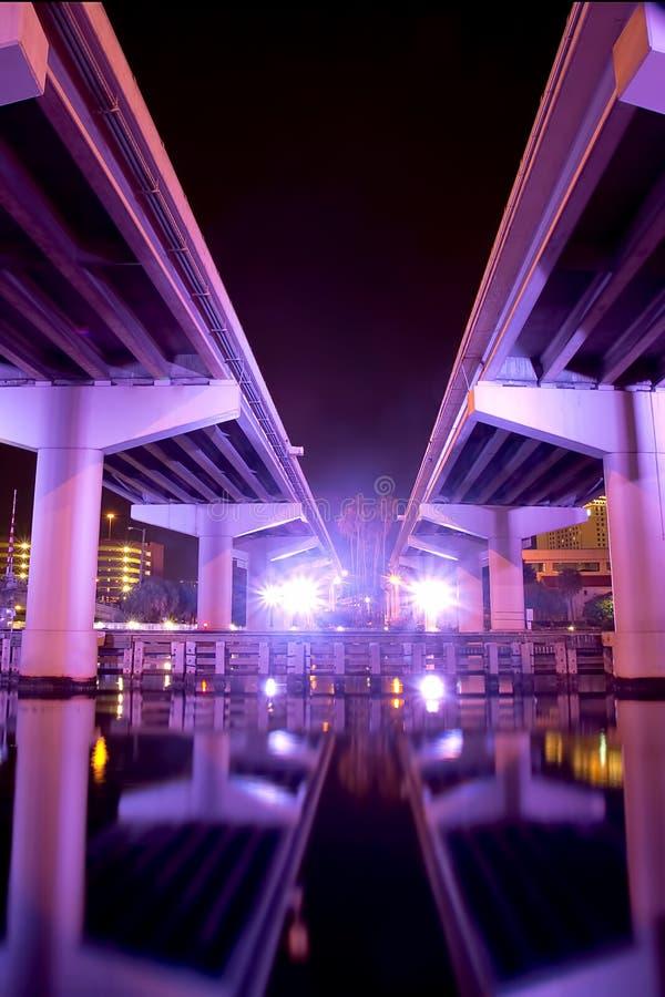 Une autoroute urbaine lumineuse à l'air futuriste photos stock