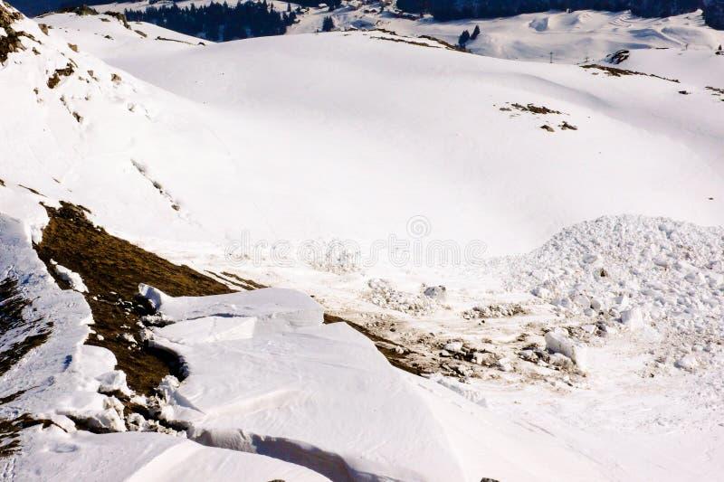 Une avalanche fraîche posant un danger sérieux aux skieurs d'arrière-pays image libre de droits