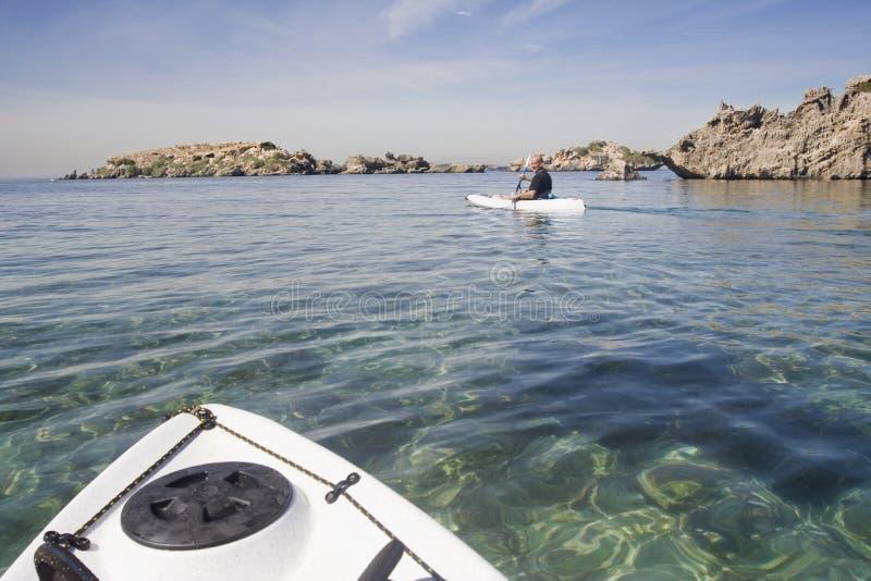 Une aventure de kayak autour des îles rocheuses images libres de droits
