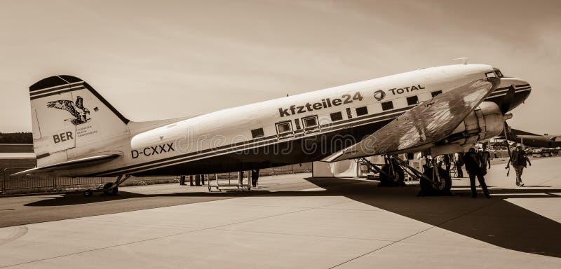 Une avion de ligne motivée par le propulseur à voilure fixe Douglas DC-3 photos stock