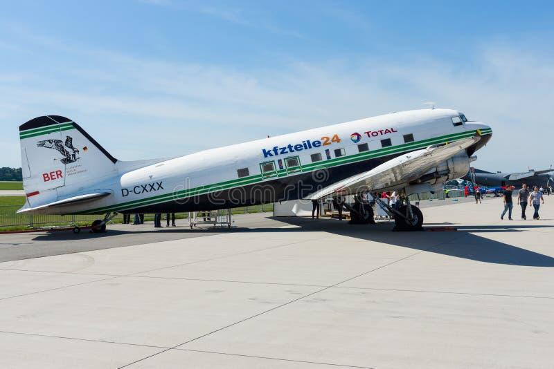 Une avion de ligne motivée par le propulseur à voilure fixe Douglas DC-3 images libres de droits