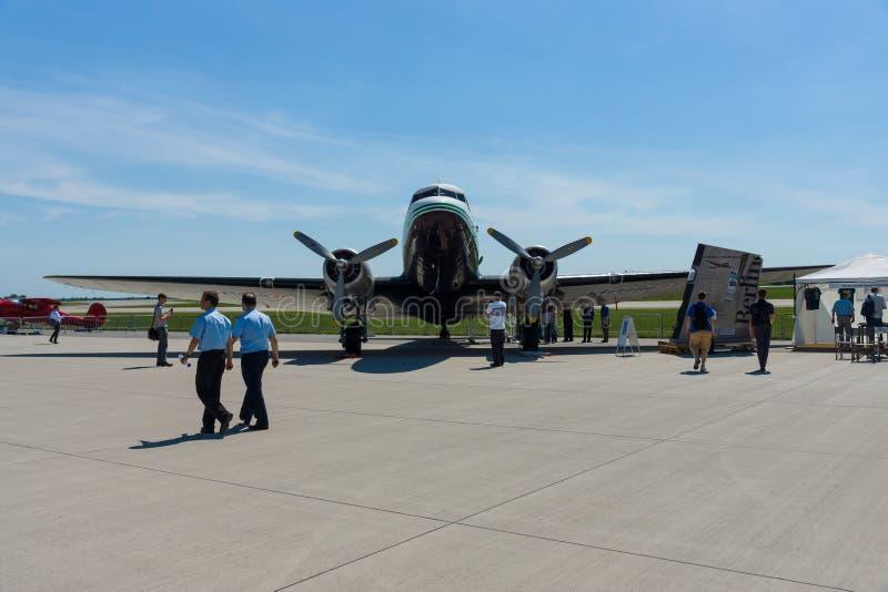 Une avion de ligne motivée par le propulseur à voilure fixe Douglas DC-3 image stock