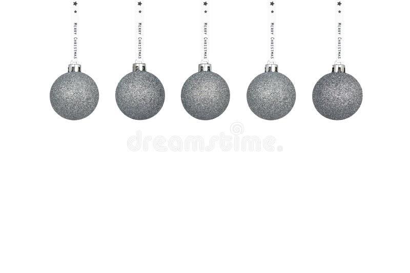 Une babiole argentée de Noël accrochant sur un ruban blanc, d'isolement sur un fond blanc avec un espace de chemin et de copie de photographie stock libre de droits