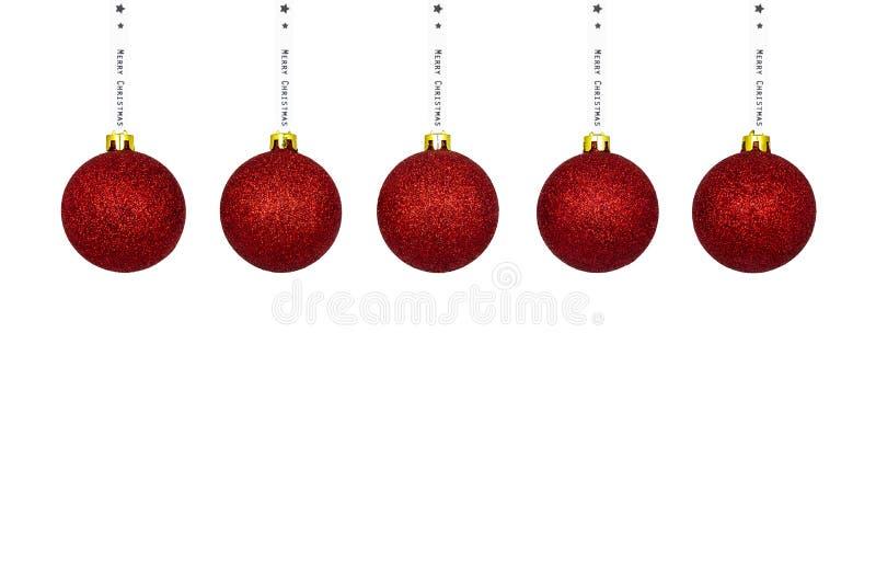 Une babiole rouge de Noël accrochant sur un ruban blanc, d'isolement sur un fond blanc avec un espace de chemin et de copie de co photographie stock libre de droits