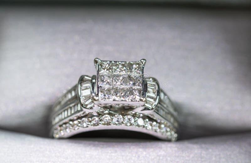 Une bague de fiançailles de diamant dans une boîte avec le reflet/réflexion Miroiter des diamants de princesse-coupe images libres de droits