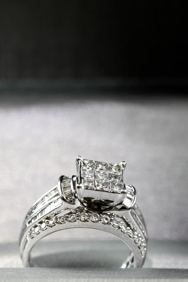 Une bague de fiançailles de diamant dans une boîte avec le reflet/réflexion Miroiter des diamants de princesse-coupe photos libres de droits