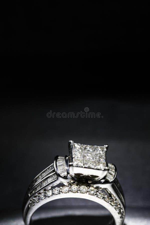 Une bague de fiançailles de diamant dans une boîte avec le reflet/réflexion Miroiter des diamants de princesse-coupe image stock