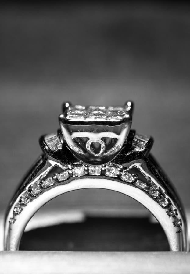 Une bague de fiançailles de diamant dans une boîte avec le reflet/réflexion Miroiter des diamants de princesse-coupe photographie stock libre de droits