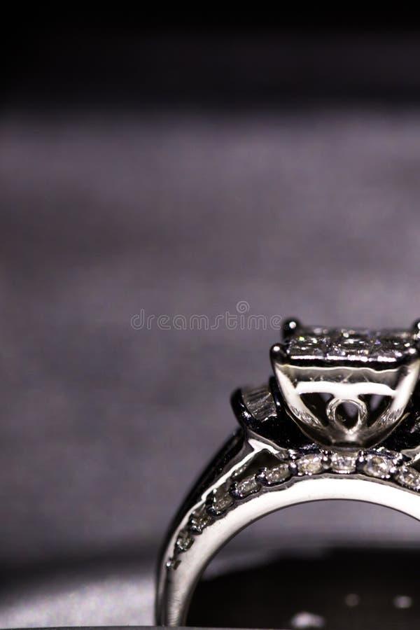 Une bague de fiançailles de diamant dans une boîte avec le reflet/réflexion Miroiter des diamants de princesse-coupe photo stock
