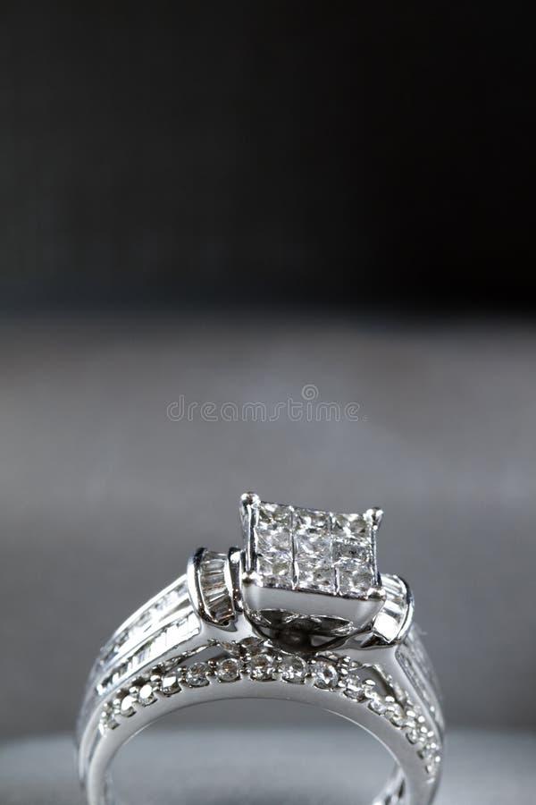Une bague de fiançailles de diamant dans une boîte avec le reflet/réflexion Miroiter des diamants de princesse-coupe image libre de droits