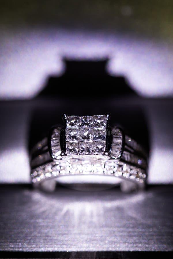 Une bague de fiançailles de diamant dans une boîte avec le reflet/réflexion Miroiter des diamants de princesse-coupe images stock