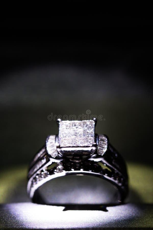 Une bague de fiançailles de diamant dans une boîte avec le reflet/réflexion Miroiter des diamants de princesse-coupe photo libre de droits