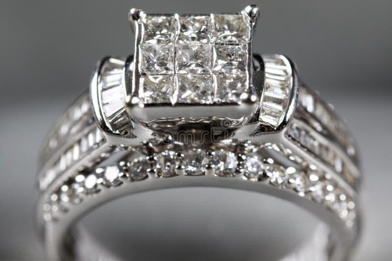 Une bague de fiançailles de diamant dans une boîte avec le reflet/réflexion Miroiter des diamants de princesse-coupe photos stock