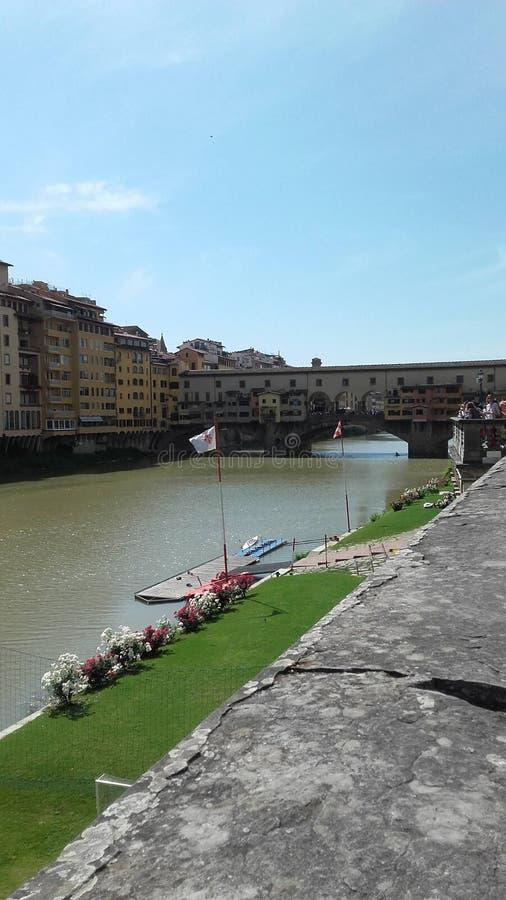 Une balade gentille le long de la rivière photo libre de droits