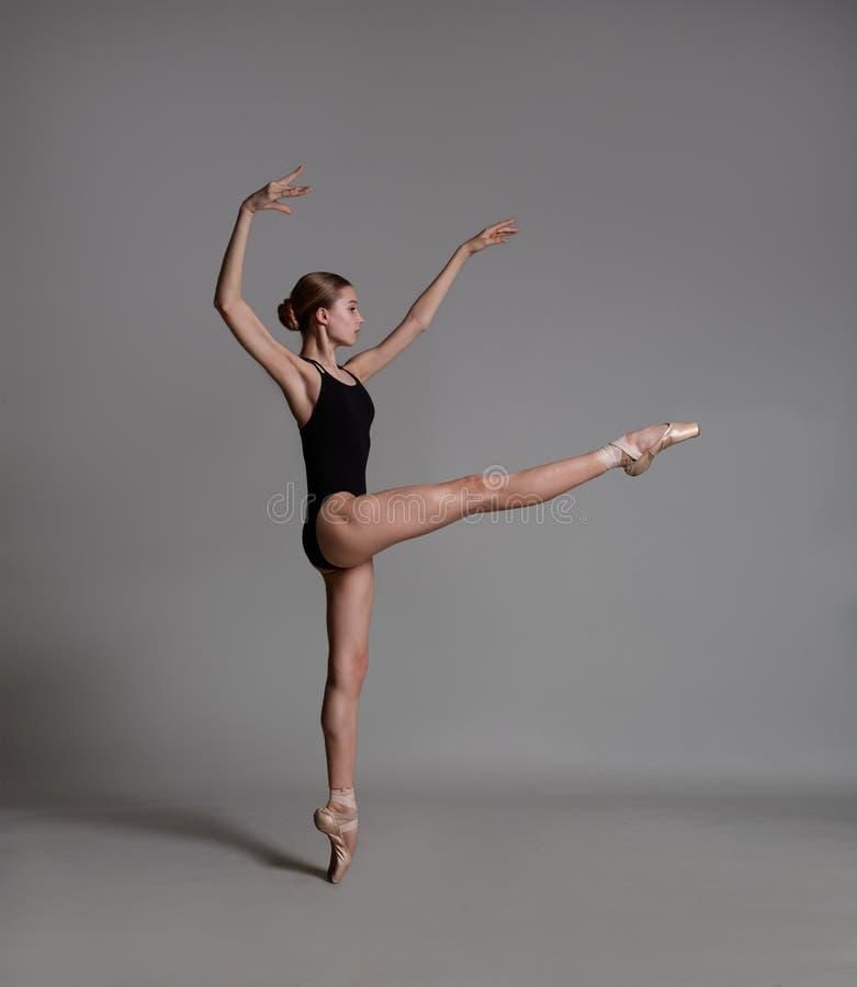 Une ballerine danse dans le studio photographie stock