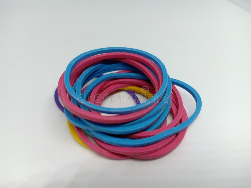 une bande élastique colorée ou bande en plastique sur le fond blanc image stock