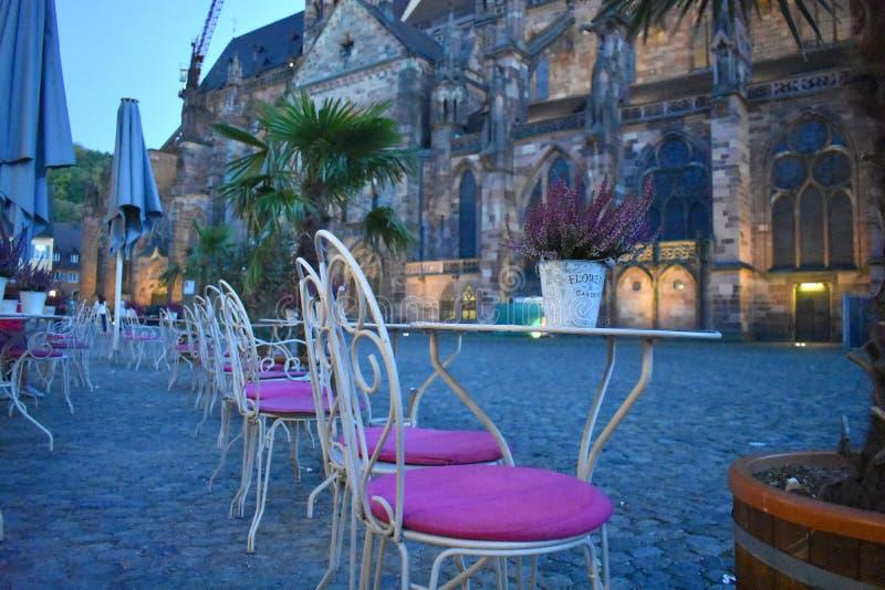 Une barre à Fribourg et une vue de la cathédrale photographie stock