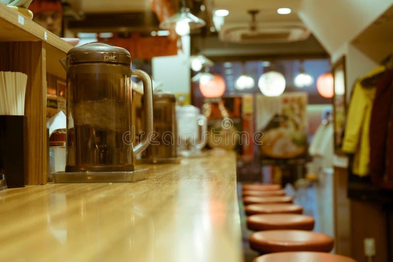 Une barre vide avec des cruches de l'eau à l'intérieur d'un ramen populaire font des emplettes dans Shinjuku, Tokyo, Japon photos stock