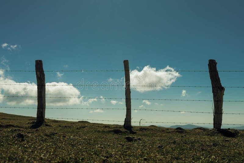 Une barrière dans la montagne photographie stock