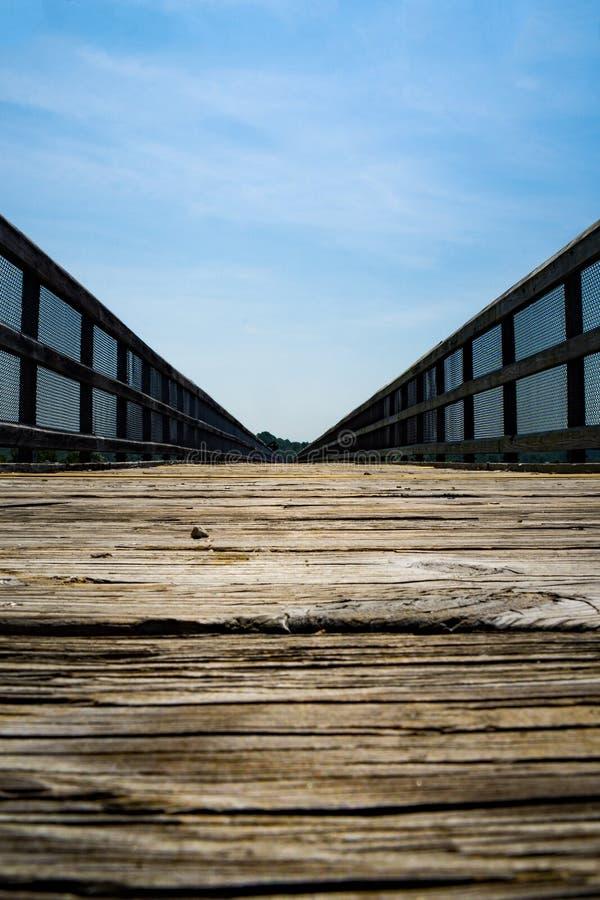 Une basse vue de la haute traînée de pont image libre de droits