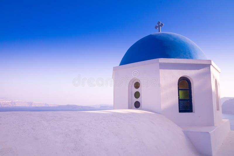 Une belle église avec un toit bleu et une vue Santorini/en Grèce photographie stock libre de droits