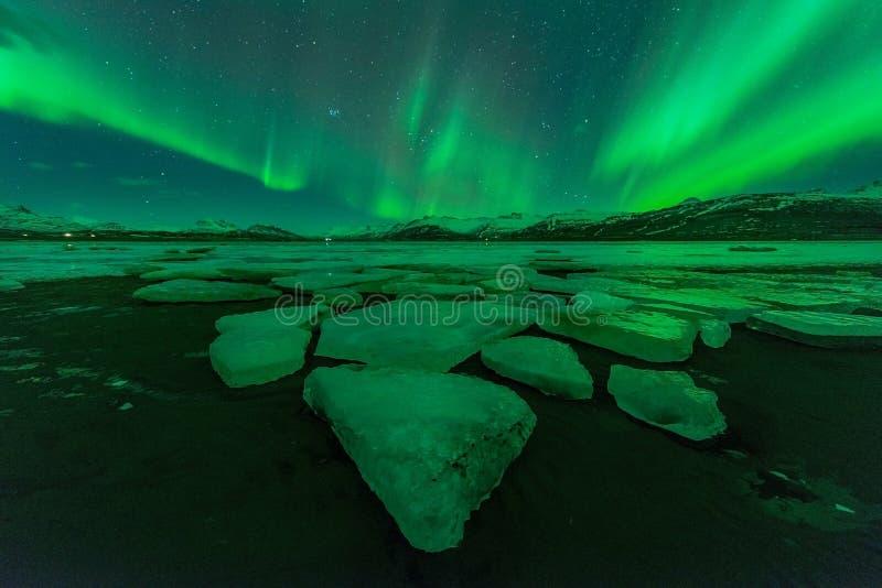 Une belle aurore verte dansant au-dessus du Jokulsarlon image stock