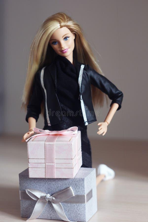 Une belle barbie avec les cheveux blancs Poupée élégante image libre de droits