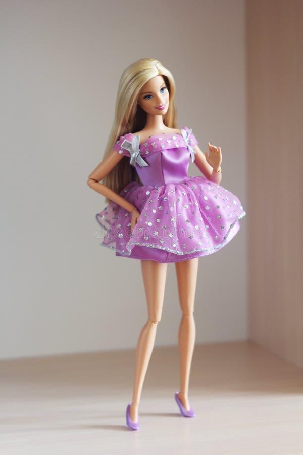 Une belle barbie avec les cheveux blancs Poupée élégante images libres de droits
