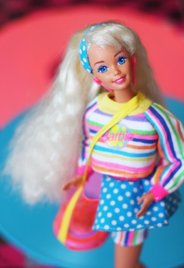 Une belle barbie avec les cheveux blancs Poupée élégante photos stock