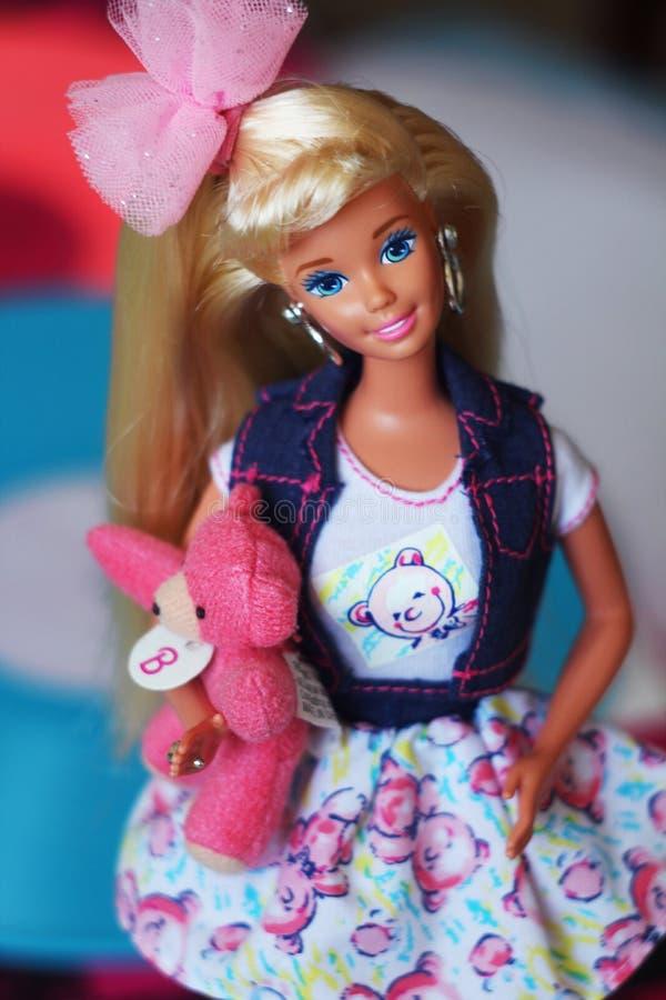Une belle barbie avec les cheveux blancs Poupée élégante photographie stock libre de droits