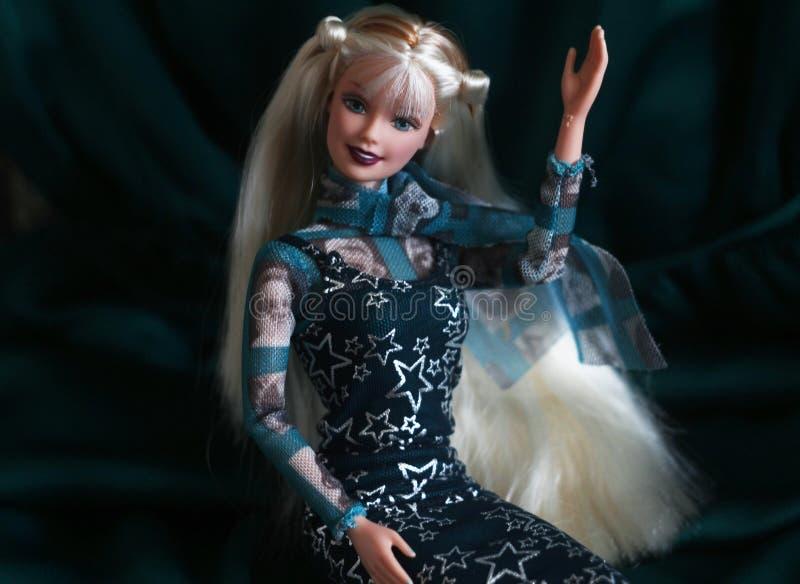 Une belle barbie avec les cheveux blancs Poupée élégante photo libre de droits