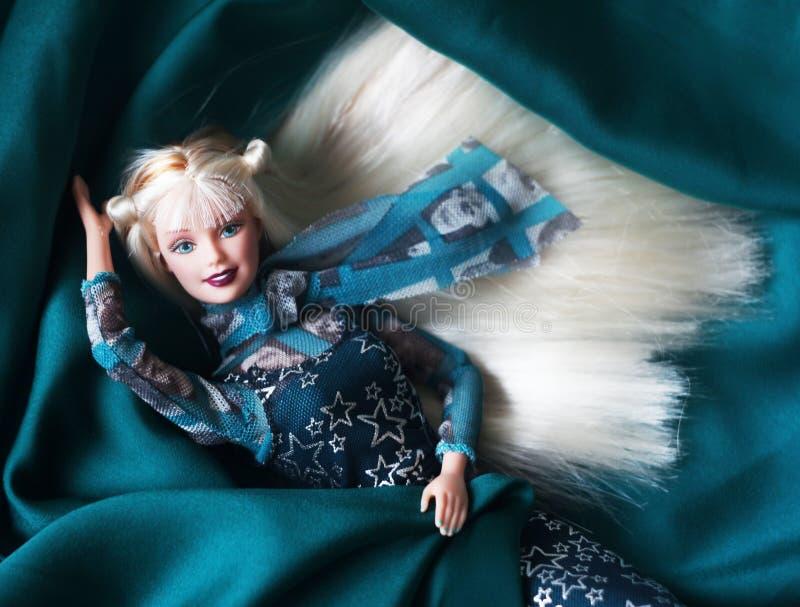 Une belle barbie avec les cheveux blancs Poupée élégante images stock