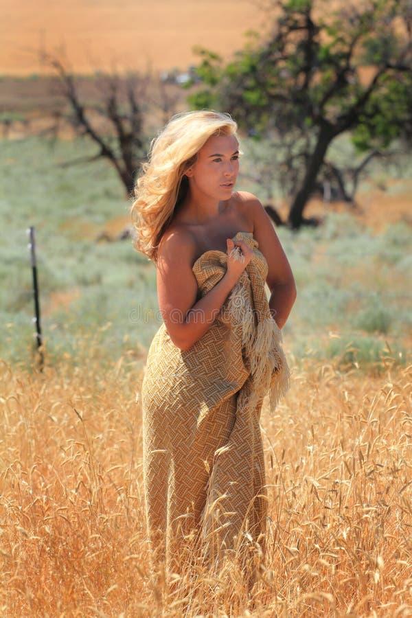 Une belle blonde dans une enveloppe photos libres de droits