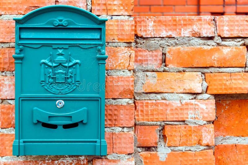Une belle boîte aux lettres attend les journaux, les colis et les lettres images stock